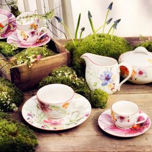 Kolekcja porcelany Mariefleur, która powstała na bazie opływowych kształtów serii New Cottage. Na białych naczyniach zagościły kolorowe polne kwiaty o intensywnych, świeżych kolorach. 58,50 zł (filiżanka), 36,90 zł (spodek do filiżanki do kawy), 116,10 zł (mlecznik), 179,10 zł (dzbanek), Villeroy&Boch/Fide.