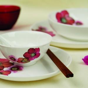 Klasyczny zestaw porcelany stołowej z kolekcji Hellebore z kolorowym motywem kwiatowym. Można myć w zmywarce. 59,90 zł (talerz obiadowy), 54,90 zł (talerz do zupy), 44,90 zł (filiżanka ze spodkiem), 22,90 zł (miska), Loveramstic/Fide.
