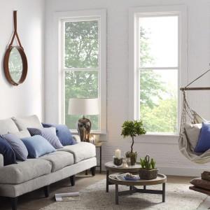 Błękitne poduszki podkreślają sielankowy charakter aranżacji. Fot. Occa-home.