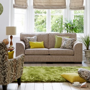 Zielony dywan i poduchy współgrają z beżowymi meblami. Fot. Furniture Village.