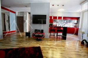 Salon z akcentami czerwieni.