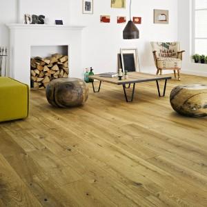 Drewniana podłoga Dąb Calvados Pure Vintage. Deska dębowa o charakterze mocno rustykalnym. Poddana szczotkowaniu, które podkreśla naturalną strukturę drewna oraz fazowaniu, które wydłuża ją optycznie.  Fot. Barlinek.