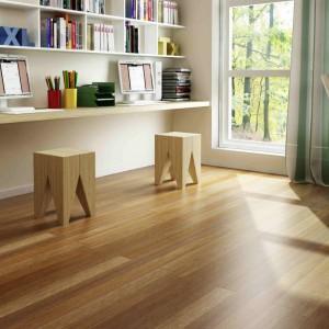 Deska podłogowa drewniana Merbau lakierowana Globalwood 1-lamelowa. Występuje w Indonezji oraz Malezji – a na plantacjach także w Ameryce Płd. Ciekawie zabarwione drewno. Ma szlachetny ciemnobrązowy kolor, dzięki czemu doskonale komponuje się we wnętrzach pomieszczeń - zarówno tradycyjnych jak i tych nowoczesnych. Drewno bardzo stabilne wymiarowo, nie rozsychające się nawet po wielu latach używania, dzięki czemu stało się jednym z najpopularniejszych materiałów na podłogi. Fot. Drzwi i Podłogi VOX.