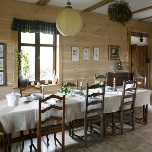 Przestronna jadalni jest ciepła i bardzo przytulna. Tu także odnajdziemy mariaż drewna, wikliny i tkanin. Projekt: właściciele. Fot. Bartosz Jarosz.