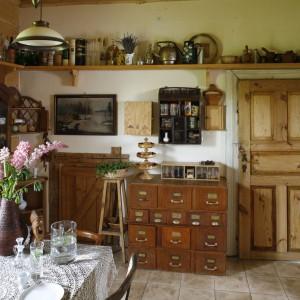 """Kuchnia to królestwo wielu przeróżnych przedmiotów. Każdy z nich """"opowiada"""" swoją własną historię. Projekt: właściciele. Fot. Bartosz Jarosz."""