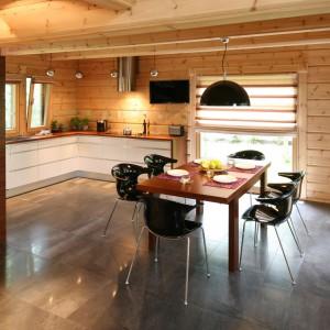 Dom z drewnianych bali został w całości zaprojektowany w nowoczesnym stylu. Wszystkie elementy stanowią harmonijną, bardzo spójną całość, która prezentuje się lekko, szykowanie i niezwykle urokliwie. Projekt: Tomasz Motylewski, Marek Bernatowicz. Fot. Bartosz Jarosz.