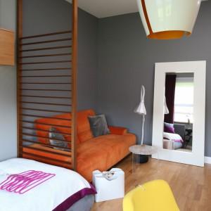 Dzięki zastosowaniu na ścianach szarości, pokój robi wrażenie bardziej przestronnego. Fot. Bartosz Jarosz.