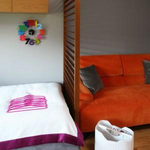 Sofa może pełnić funkcję dodatkowego miejsca noclegowego, wykorzystywanego np. podczas wizyty przyjaciółki. Fot. Bartosz Jarosz.