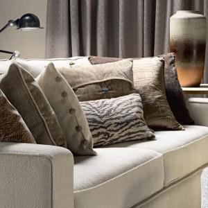 Dekoracyjne poduszki w naturalnych kolorach safari. Fot. Mark Alexander.