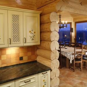 W tym domu z bali kuchnia, podobnie jak całe wnętrze, ujmuje sielskim klimatem, ciepłem i przytulnością. Projekt: Agnieszka Kubasik. Fot. Bartosz Jarosz.