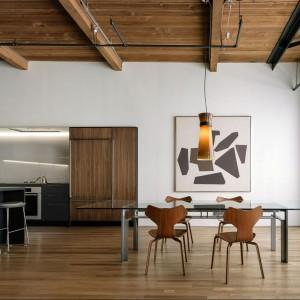 Wnętrze jest bardzo jasne i przestronne. To zasługa zarówno otwartej strefy dziennej, jak również wysokości pomieszczeń. Projekt: Line Office. Fot. Line Office.