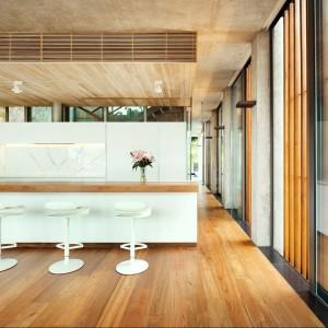 Białe, nowoczesne meble kuchenne o gładkich, błyszczących frontach, nadają przestrzeni lekkości. Dzięki nim także przestrzeń jest niezwykle lekka. Projekt: Nicholas Burns. Fot. Nicholas Burns.