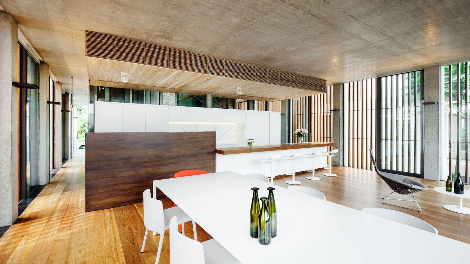 Chłód bieli doskonale równoważy ciepło drewna. W tej kuchni takie zestawienie prezentuje się niezwykle elegancko i z klasą. Projekt: Nicholas Burns. Fot. Nicholas Burns.