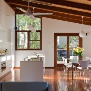 W tej kuchni dominuje kolor biały, który w połączeniu z drewnem tworzy piękną, spokojną aranżację. Projekt: Searns Studio. Fot. Searns Studio.