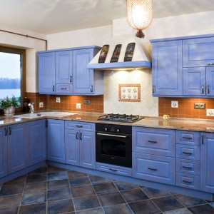 Meble w niebieskim kolorze to oryginalny, ale i ciekawy pomysł. Do tej klasycznej kuchni pasują doskonale. Projekt: Agnieszka Kubasik. Fot. Bartosz Jarosz.
