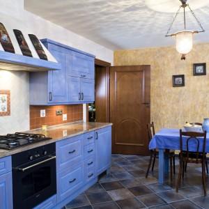 Kolor niebieski znalazł również kontynuację w przestrzeni wydzielonej na jadalnię. Dzięki temu przestrzeń jest bardzo spójna.  Projekt: Agnieszka Kubasik. Fot. Bartosz Jarosz.