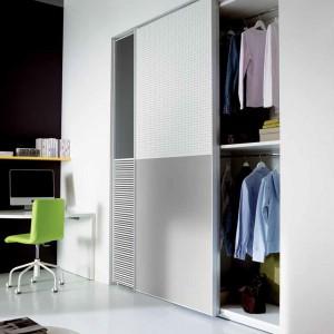 Szafa z przesuwnymi drzwiami to nowoczesne i ergonomiczne rozwiązanie. Fot. Dielle.