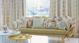 Na wiosnę okna najlepiej ubrać w jasne zasłony z cienkiej tkaniny. Wniosą do wnętrza trochę finezyjnej lekkości oraz uchronią przed jeszcze delikatnymi, ciepłymi promieniami słońca.