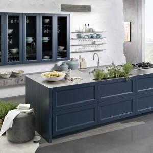 Meble kuchenne z kolekcji Casa w klasycznym wydaniu. Fronty w kolorze niebieskim stanowią efektowną kompozycję. Przeszklone szafki wiszące dodają zabudowie lekkości. Wycena indywidualna, Rational.