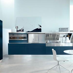 Meble kuchenne z kolekcji Kube w prostym, minimalistycznym stylu. Niebieski kolor frontów zestawiony został z blatem ze stali nierdzewnej. Meble dostępne są również w innej kolorystyce. Wycena indywidualna, Snaidero.