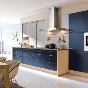 Meble kuchenne z programu Aura w tonacji blau-metalic. Elegancje frontów w kolorze granatu podkreśla jasne drewno korpusów. Wycena indywidualna, Wellmann,