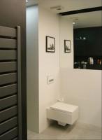 Mieszkanie 60m2, projektowane dla mężczyzny. Minimum kolorów i ascetyczne materiały. Całość dość surowa i minimalistyczna.
