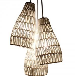 Pleciona, ażurowa lampa Cable trio delikatnie rozproszy światło w sypialni. Fot.Zuiver.