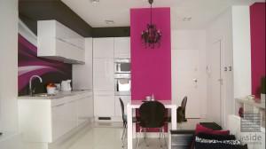 Mieszkanie o powierzchni 36 m2 miało odzwierciedlać charakter energetycznej, młodej lokatorki. Dlatego zdecydowaliśmy się na jasną bazę kolorystyczną, która powiększy  przestrzeń. ale całość jest skontrastowana silnymi akcentami złota, różu i czerni.