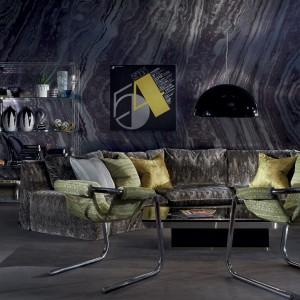 Metaliczną szarość łagodzą zielone poduszki i krzesła. Fot. Zinc Textile.