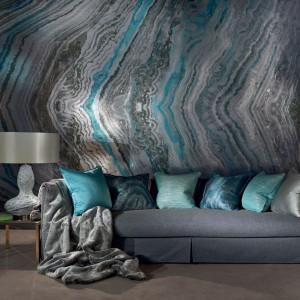 Seledyn na ścianie koresponduje dekoracyjnymi poduszkami. Fot. Zinc Textile.
