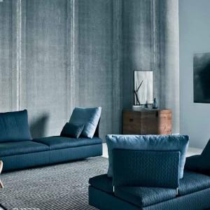 Seledynowe sofy nadają elegancki ton szaremu wnętrzu. Fot. Saba.