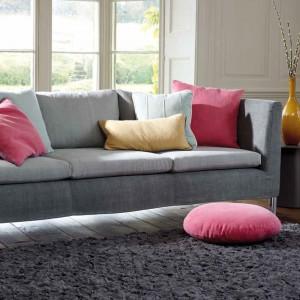 Kolorowe poduszki - najprostszy sposób by ożywić szarą sofę. Fot. Villa Nova.