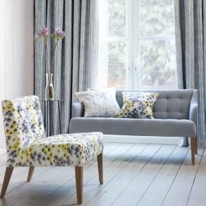 Z jasno szarym wnętrzem harmonizują żółte wzory na tkaninie. Fot. Villa Nova.
