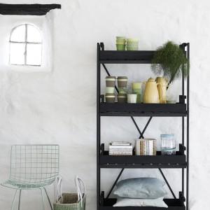 Industrialna półka Black wykonana z drewna i metalu. Fot.Nordal.