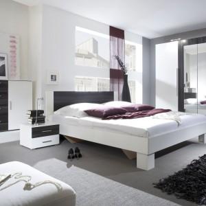 Sypialnia Vera. W kolekcji dostępna jest szafa, komoda oraz łóżka w dwóch wymiarach sprzedawane łącznie z parą szafek nocnych. Fot.Helvetia Meble Wieruszów.