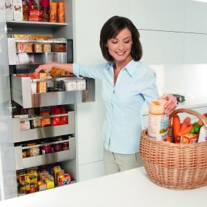 Szafa z szufladami wewnętrznymi Cargo Blum – Space Tower. Pojedynczo wysuwane szuflady zapewniają łatwy dostęp do produktów z trzech stron. Szerokość szuflad można dopasowywać do indywidualnych potrzeb. Wycena indywidualna, Blum.