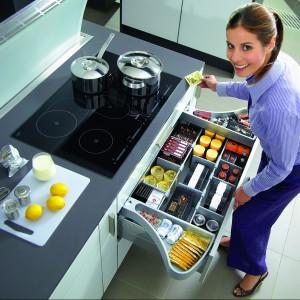 System OrgaWing tworzy w szufladzie dodatkowy poziom, który można wykorzystać jako miejsce do przechowywania dodatków do pieczenia lub drobnych akcesoriów kuchennych. W trakcie otwierania szuflady ruchome pojemniki OrgaWing rozsuwają się automatycznie na bok, a podczas zamykania delikatnie chowają do jej wnętrza. Wycena indywidualna, Hettich.