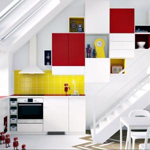 System mebli kuchennych Metod. Szafki z barwnymi wstawkami Tutemo wprowadzają do wnętrza nie tylko kolorystyczny akcent. Stanowią też świetne miejsce na przechowywanie książek kucharskich czy eksponowanie ładnych drobiazgów. Wycena indywidualna, IKEA.