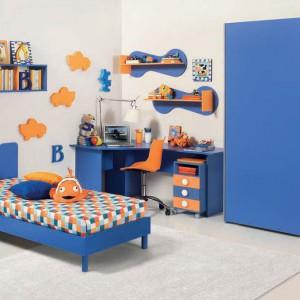 Niebieski pokój ocieplony pomarańczowymi detalami. Kolekcja Gianmaria. Fot. Battistella.