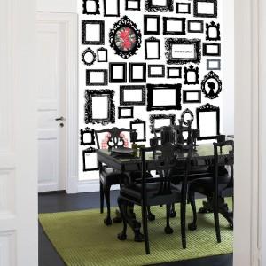 Ściana udekorowana ramkami to w rzeczywistości tapeta z kolekcji Creativity marki Mr Perswall. Fot. Mr Perswall.