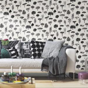 Czarno-białe desenie na ścianie - efekt osiągniesz dzięki tapecie Linnanpuisto Nero od Marimekko. Fot. Marimekko.