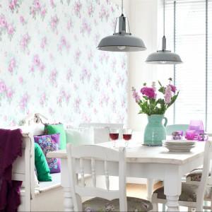 Różane desenie rozkwitły na ścianie dzięki kolekcji taoet Pretty Nostalgic od Esta Home. Fot. Esta Home.