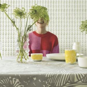 Zabawna kolekcja tapet Pikkuruusu fińskiej marki Marimekko - głównym motywem dekoracyjnym zostały stylizowane różyczki. Fot. Marimekko.