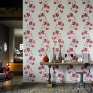 Kwiatowa kolekcja tapet Dolce Vita wprowadzi do domu nutę stylu shabby chic. Fot. Casadeco.