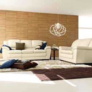 Ściana wyłożona drewnem subtelnie ociepla białe wnętrze. Fot. Colombini Casa.