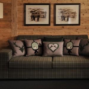Ściany wykończone drewnem idealnie pasują do wnętrza w stylu country. Fot. Fine.at.