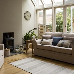 Na podłodze z drewna wystarczy niewielki dywan lub chodnik. Fot. Sainsburys Home.