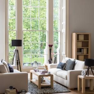 Z drewnianą podłogą komponują się meble z tego samego materiału. Fot. Debenhams.