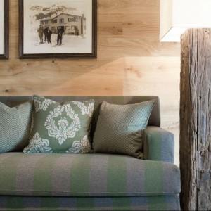 Drewno na ścianie potrafi rozjaśnić wnętrze. Fot. Fine.at.