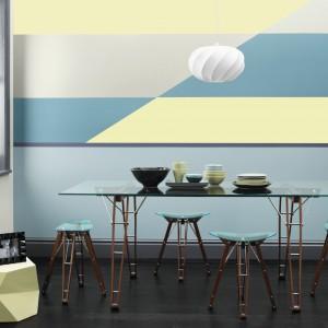 Metaliczna farba produkowana na bazie wody z kolekcji Fashion for Walls. Kolekcja oferuje ogromną gamę połyskujących kolorów w celu wprowadzenia dodatkowego wymiaru do ścian wewnętrznych lub stworzenia akcentów przy użyciu szablonu. Wydajność:  do 12 m²/l. Ok. 100 zł/1,25 l, Crown Paints.
